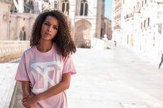 """El destino mezcla las cartas y nosotros las jugamos"" *Arthur Schopenhauer. - Camiseta Básica Rosa.  Fotografía: @alpak  Modelos: @vareluska  Disponible en: www.sefinhe.com  #sefinhe #sefinheclothes #sfnh #clothes #urban #schoold #marcaderopaespañola #ropaurbana #camiseta #modaunisex #streetfashion #pretygirl #lifestyle #fashion #photography #tshirt #ropa #shopping #urbanbrand #likeme #instaphoto #portraits #pink #bestphoto #brand #streetclothing #urbanwear #portraitmood"