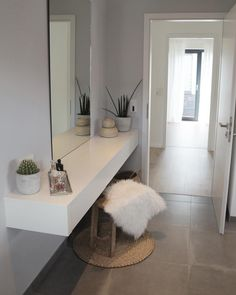 Der Trend geht zur Gemütlichkeit - auch im Badezimmer! Ein kuscheliges Fell verleiht jedem Raum einen Touch Gemütlichkeit. Besonders im Herbst ist das Lammfell Easy die perfekt Wahl für einen kuschelig warmen Sitzkomfort im Badazimmer. Hier ist Entspannung vorprogrammiert! // Hocker Bank Badezimmer Bathroom Schminktisch Fell Weiss Dekorieren Gestalten Einrichten Deko @heikes_homestorys