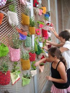 Fun idea for embellishing a chain link fence with knitting and plants – Recycl. - - Fun idea for embellishing a chain link fence with knitting and plants – Recycled Crafts. Yarn Bombing, Easy Fall Crafts, Diy And Crafts, Crafts For Kids, Fence Art, Diy Fence, Fence Ideas, Quilled Paper Art, Chain Link Fence