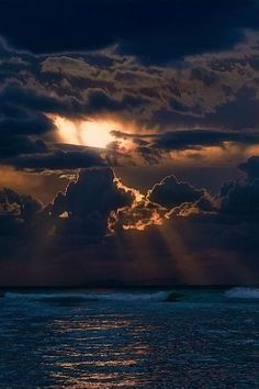 Dark Clouds over the ocean Beautiful Sky, Beautiful World, Beautiful Images, Ciel Sombre, Photos Voyages, Sky And Clouds, Belle Photo, Amazing Nature, Nature Photos