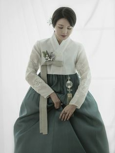 Korean Hanbok, Korean Dress, Korean Traditional, Traditional Outfits, Mori Fashion, Womens Fashion, Oriental Dress, Vogue Korea, Japanese Outfits