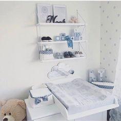 Smuk pusleplads på drengeværelset, sky spejl i hvid og smukke blå farver.