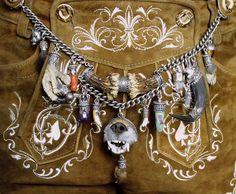 Charivaris sind meistens massive Silberketten mit möglichst vielen Anhängern. Traditionell wird ein Charivari individuell zusammmen gestellt.
