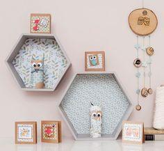 Estanterías de madera con forma hexagonal. Dale un estilo nórdico y original a la habitación!Puedes adquirirlas en madera natural o con el fondo personalizado en un color a elegir entre: verde ...