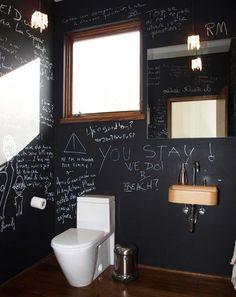 mur en couleur noire pour votre salle de bains