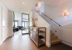 Hal met houten vloeren en houten trap