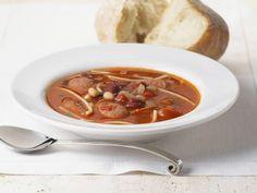 Bohnen-Tomatensuppe mit Wurst ist ein Rezept mit frischen Zutaten aus der Kategorie Suppen. Probieren Sie dieses und weitere Rezepte von EAT SMARTER!