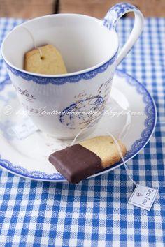 I biscotti a forma di bustina del te sono una simpatica idea regalo da portare ad un'amica per bersi un tè in compagnia.