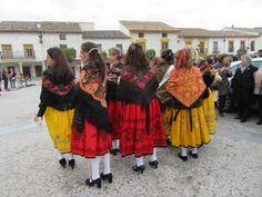 Cogolludo (Guadalajara) Los trajes rojos eran para las mujeres casadas. Los amarillos para las solteras.