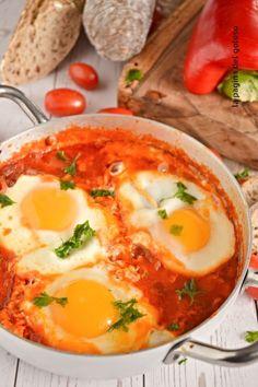 Le uova al pomodoro e peperoni sono una ricetta molto facile,golosa e saporita perfetta come piatto unico con le uova Tasty, Yummy Food, Mediterranean Recipes, Italian Recipes, Food And Drink, Ethnic Recipes, Delicious Food