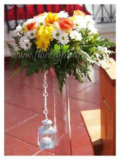 Hermosa decoración de Iglesia con floreros altos y farolillos. Diseño exclusivo Flores y Piedras. Cotiza en www.floresypiedras.cl