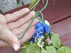 En midsommarkrans av blommor från trädgård och dikesrenar blir alldeles ljuvlig. Lär dig binda själv med våra steg-för-steg-bilder.