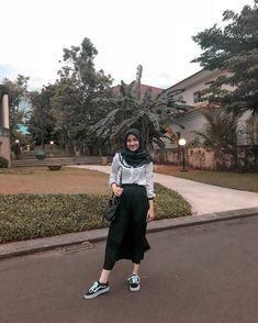 Style hijab jeans skirts Ideas for 2019 Modern Hijab Fashion, Hijab Fashion Inspiration, Ootd Fashion, Trendy Fashion, Fashion Outfits, Trendy Style, Fashion Muslimah, Hijab Jeans, Ootd Hijab