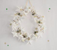 Une couronne de Noël à fabriquer avec des étoiles en papier ! // http://www.deco.fr/loisirs-creatifs/actualite-738539-tuto-fabriquer-couronne-calendrier-avent.html