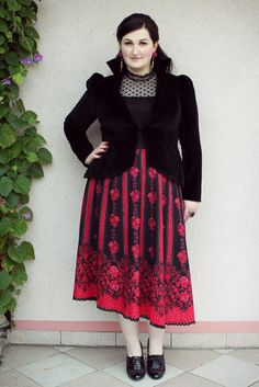 plus size outfit: mixing folklore with the baroque trend. I like the overall idea. I think it's the blouse that's throwing this off. Maybe shoes. But live skirt and jacket.
