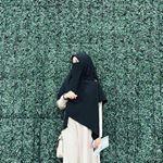 """4,374 Likes, 21 Comments - T I T A N I A (@akhwat.muslimm) on Instagram: """"CANTIKNYA SEDERHANA YANG UTAMA ADALAH SHALIHA DALAM DUNIA Yang mampu mencintai diri pasti akan…"""""""