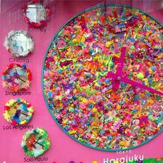 原宿初の観光案内所「MOSHI MOSHI BOX」モニュメント制作 原宿初の観光案内所に増田セバスチャンがモニュメントを制作しました。作品タイトルは「Colorful Rebellion -WORLD TIME CLOCK-」。 世界時計のモニュメントとしての依頼を受け、増田セバスチャンの作品シリーズ「Colorful...