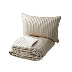 IKEA - KARIT, Päiväpeitto+tyynynpäällinen, 180x280/40x65 cm, , Pehmusteen ja tikkauksen ansiosta peitto ja tyynynpäällinen ovat erityisen pehmeitä.</t><t>Peiton kumpikin puoli on erilainen, minkä ansiosta makuuhuoneen ilmettä on helppo muuttaa peittoa kääntämällä.</t><t>Piilovetoketjun ansiosta päällinen on helppo irrottaa.</t><t>Pakkaus toimii myös säilytyslaukkuna, mikä helpottaa tuotteen kuljettamista ja säilyttämistä.