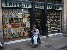 La Fuente                                                      c/ Ferran n 22  www.lafuente.es Metro: Liceu Entrada adaptada:  petit esglaó, però no importa, perquè venen a la porta a demanar que voleu. Parada taxi: Si   Tracte del personal: Excel•lent