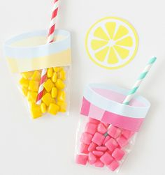 What adorable party favors! Learn how to make these easy lemonade party favors using a few simple materials! Find the free printable label & supply list at Design Eat Repeat!