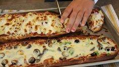 INGREDIENTE: o baghetă de pâine; sos de roșii; orice umplutură – după preferințe caşcaval ras; MOD DE PREPARARE: 1. Încingeți cuptorul la 220°C. 2. Tăiați bagheta de pâine în jumătate,