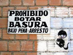 Cacería Tipográfica N° 114: Letrero hecho a pincel acompañado de stencil en una pared con la advertencia de no botar basura. Pared en Umacollo, Arequipa.