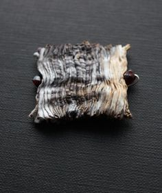 brooch by tinctory Jewelry Crafts, Jewelry Art, Beaded Jewelry, Handmade Jewelry, Jewelry Design, Textile Jewelry, Fabric Jewelry, Textile Art, Metal Clay