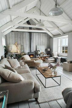 joli salon avec plafond sous pente en planchers blancs