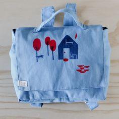 mochila con estampa de casita en el bosque de Cecilia Afonso Esteves en celeste | bla bla textiles