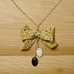 Collier en forme de noeud en tissu vert et petites fleurs noir et blanc, sequins noir et blanc. : Collier par cocotte-et-bricoles