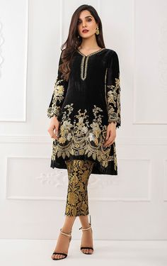 Gorgeous and Alluring Pakistani Wedding Dresses by Tena Durrani - Black velvet loose cut kurta with bell shaped sleeves by Tena durrani Pakistani Dresses Online, Pakistani Formal Dresses, Pakistani Dress Design, Pakistani Designers, Pakistani Outfits, Indian Dresses, Indian Outfits, Velvet Dress Designs, Hippy Chic