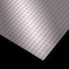 La extraordinaria flexibilidad de estas mallas reticuladas de poliestireno adhesivo metalizado hace que sean adecuadas para forrar cajas, paredes, muebles o cualquier objeto que te imagines. #MWMaterialsWorld #FlexibleMirror #Polystyrenemirror #Espejoflexible #Espejopoliestireno