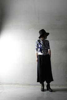 ジャージー素材のサルエルパンツです。ロングスカートに見える程の深い股上+カッコいい大人のモード感にあふれたシルエットです。