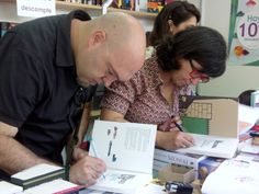 Miguel Ángel Giner y Critina Durán firmando sus obras