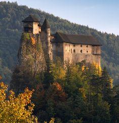 Oravský Hrad (Orava Castle), located above the Orava river in the village of Oravský Podzámok, Slovakia. Castle Ruins, Castle House, Medieval Castle, Castle Parts, Castle Pictures, Romanesque Architecture, Famous Castles, Scenic Photography, Beautiful Architecture