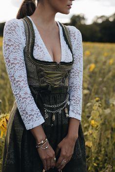 Nina Schwichtenberg trägt einen Wiesn Look von Ludwig & Therese, bestehend aus einer langärmligen Spitzenbluse in weiß, khakifarbenem Midi Dirndl sowie traditionellem Charivari als Dirndl Schmuck. Dazu kombiniert sie die Chloé Nile Bag. Mehr auf www.fashiioncarpet.com