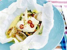 Recept voor: Thaise vispapillot | 1. Maak de groenten schoon. Snij de wortel, paprika en venkel in blokjes, de ui in ringen. Snipper de helft van de koriander en meng met de groenteblokjes en de sojascheuten. 2. Rasp de limoenschil en meng die met de  … »