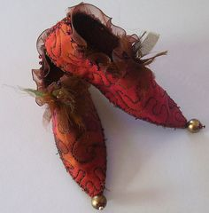 Fairy shoes: The insides are painted with gold. Fairy Clothes, Doll Clothes, Fairy Shoes, Elf Shoes, Christmas Shoes, Fantasias Halloween, Slippers, Forest Fairy, Shabby Chic