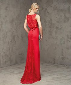 FABULOSA- Red dress, for evening party, in crepe, mermaid style. Bodice with bateau neckline. Lace back with central opening and small gauze bow at the waist. Skirt with lace panel at the back.