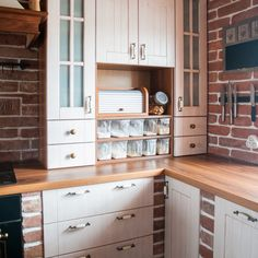 Hledáte inspiraci na nové bydlení? Na Favi.cz najdete jak inspirace na nové bydlení tak krásné produkty. Kitchen Dining, Kitchen Cabinets, Dining Room, Home Kitchens, Sweet Home, House, Home Decor, Praha, Police