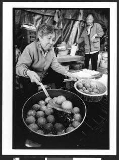 Elderly woman of Vietnamese origin preparing fried food. Chua Duc Vien Pagoda, or Perfect Harmony Temple, San jose, California, 2002 :: Jerry Berndt Collection
