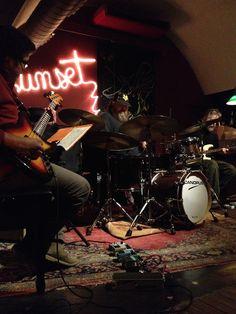 Rubén Berengena Trio, Sunset Jazz Club, Girona (amb Cris Oriol a la guitarra i Alix Levi al baix). Molta bateria ben executada, jazz i una mica d'avantguàrdia. Aquí una mostra: https://vimeo.com/112924643