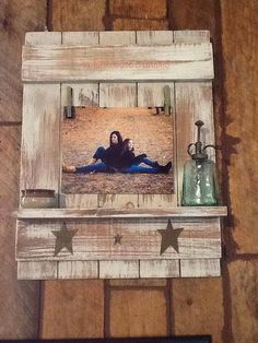 18 Diy Picture Frames To Keep Your Memories Safe Pallet Crafts, Pallet Art, Wood Crafts, Pallet Projects, Country Crafts, Country Decor, Rustic Decor, Country Style, Primitive Crafts
