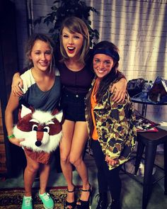Taylor Swift with fans in Loft in Columbus Estilo Taylor Swift, Taylor Swift Concert, Taylor Swift Hot, Red Taylor, Taylor Swift Pictures, Light Of My Life, Role Models, Cool Girl, Celebs