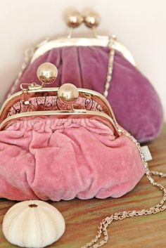 ♥,,pink and purple velvet purses.I adore velvet purse Vintage Purses, Vintage Bags, Vintage Handbags, Frame Purse, Evening Bags, Purses And Bags, Coin Purses, Fashion Accessories, Vintage Accessories
