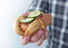 Opskrift på nemme og virkelig lækre hotdogsbrød, perfekt til denne gourmet udgave af hjemmelavede hotdogs - Se opskrift og billeder her