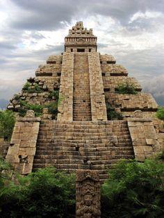 Esta Piramide esta es de los mayans Chiapas. esta en mexico. Esta bien alto y grandote.