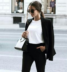 Find tips and tricks, amazing ideas for Vogue. Discover and try out new things about Vogue site Outfit Chic, Chic Outfits, Fashion Outfits, Womens Fashion, 90s Fashion, Fashion Ideas, Fashion Trends, Blazer And T Shirt, Look Blazer