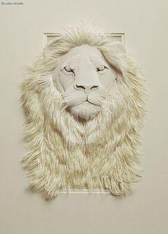 すべて紙でできた彫刻。ライオンのたてがみの毛が一本一本丁寧に形どられている。紙の持つしなやかさを匠に活用している。