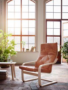 I år är det 40 år sedan den första IKEA fåtöljen POÄNG såg dagens ljus. Det är en pigg möbel som i dagarna fyller jämnt – nu släpps nya versioner av klassikern. Här i björkfanér och läder.